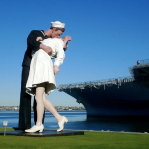 https://uniquetraveldestinations.wordpress.com/2009/12/02/urban-style-file-san-diego-boutique-hotels-11-of-20/san-diego_giant-statue-of-sailor-kissing-nurse_uss-midway-museum-12/